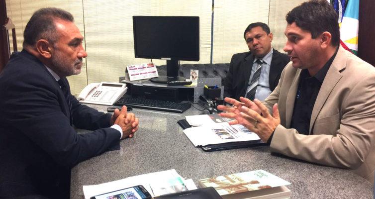 Senador Telmário Mota, e Marcelo Nunes e Richarlly Carneiro, diretores do (IACTI-RR)