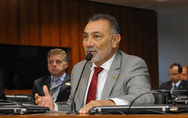 Senador presidindo a Subcomissão do Estatuto do Trabalho